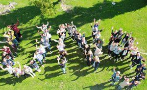 60 deltagare formar ordet UNG