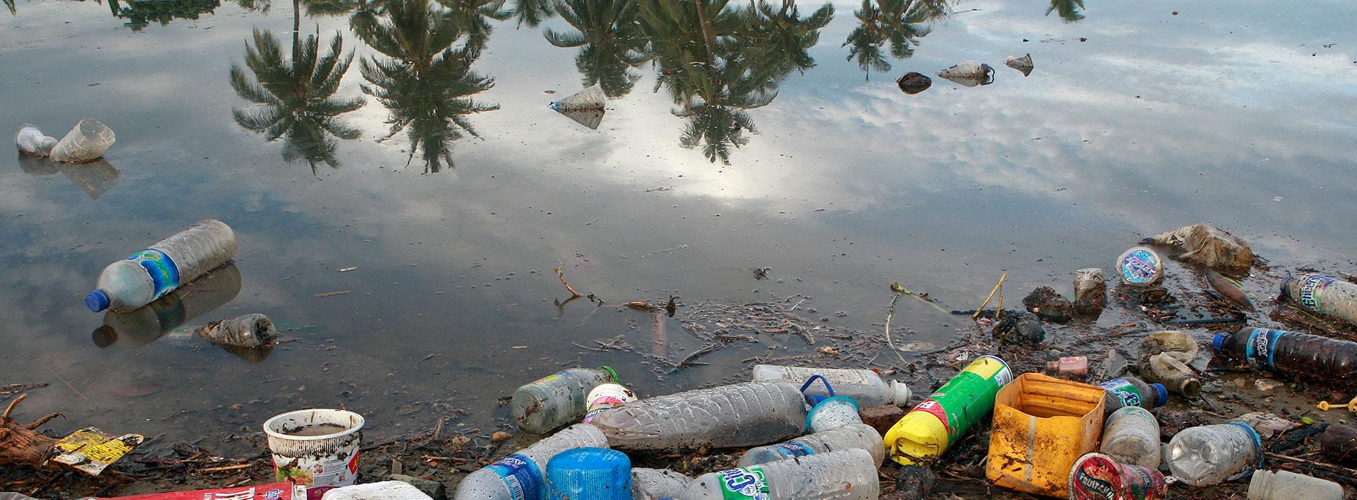 Plast som flyter på en flod i Timor-Lesta