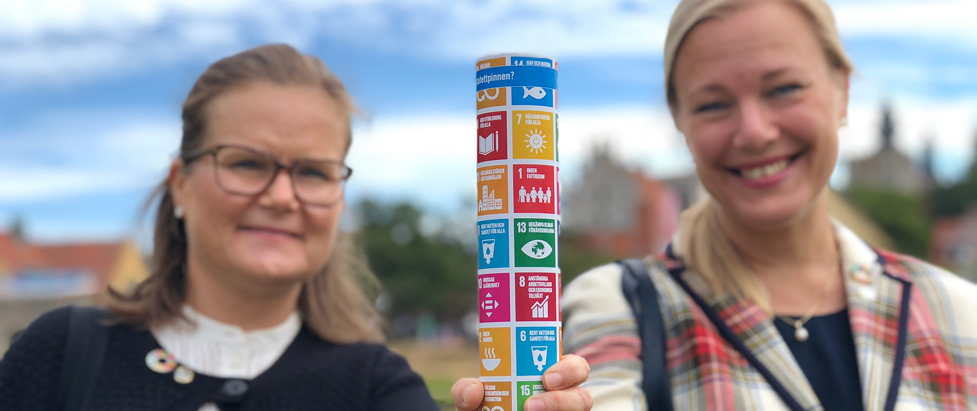 Petra Hallebrant och Annelie Börjesson delar ut stafettpinnar i Almedalen