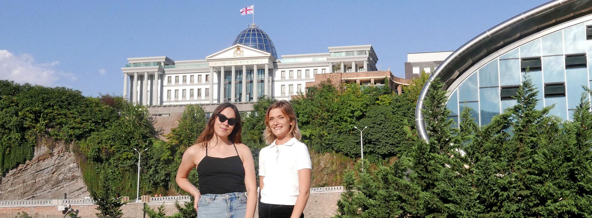Anna och Emelie utanför presedentens hem i Tbilisi, Georgien