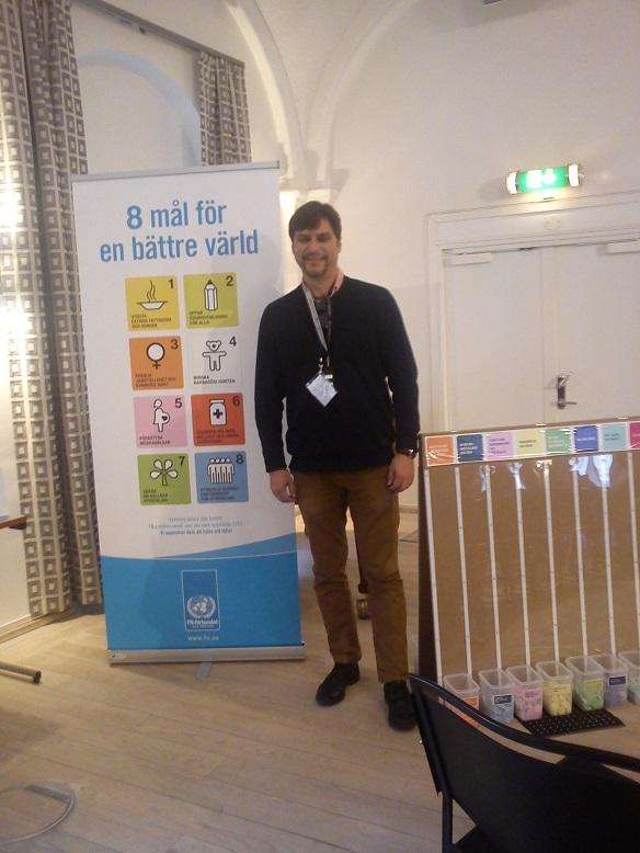 Vår förenings ordförande, Jimmy Lövgren, framför en rollup med millenniemålen som löper ut 2015.
