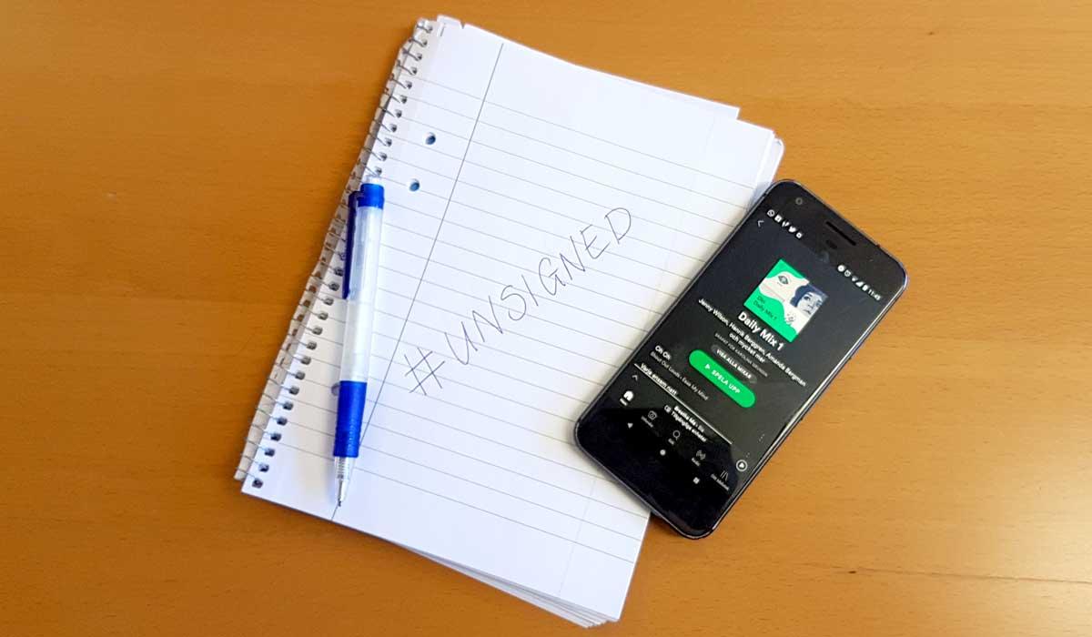 Musiktävlingen Unsigned - anteckningsbok och mobil