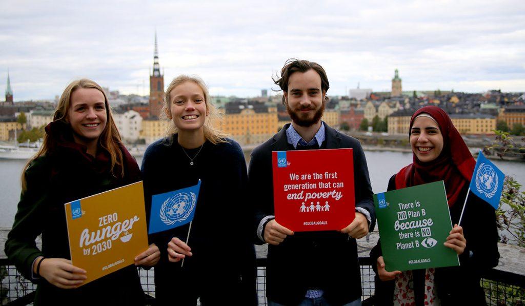 Ambassadörer håller skyltar för de globala målen