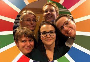 fyra kvinnor tittar ut ur globala målen-hjulet
