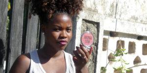 Jane-Ange speglar sig i Tanzania. Foto: Deborah Kaluzi