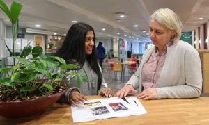 Aktion FN för jämställdhet Ordförande för FN-elevförening Isha Saleem och rektor för Åva gymnasium Lillemor Larsson