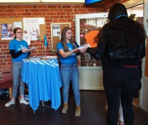 Fd ordförnade Emma och nuvarande ordförande Tilda på Aktion FN mot minor i S:t Eskils gymnasium under internationella dagen mot minor.